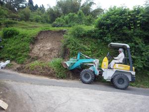 豪雨災害により近隣法面が崩壊